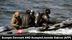 Водолазы готовятся к погружению у острова Амагер близ Копенгагена, где был обнаружен торс женщины. 22 августа 2017 года.