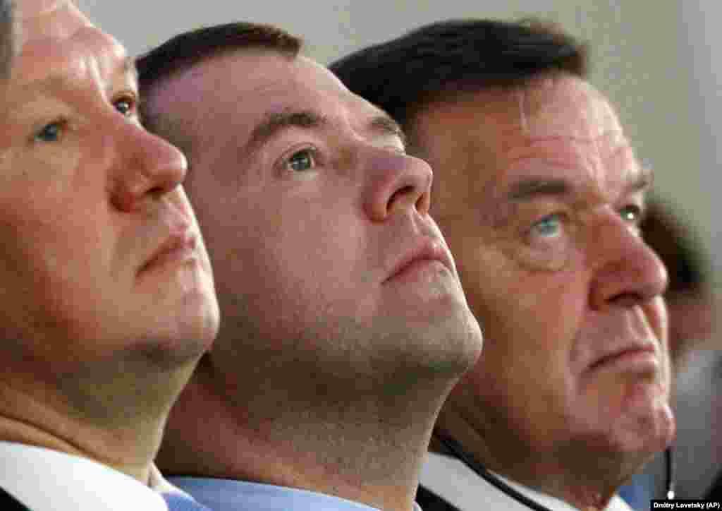 РУСИЈА - Заменик-претседателот на рускиот Совет за безбедност, Дмитриј Медведев рече дека мигрантите во Русија вршат повеќе кривични дела во услови на масовна невработеност поради пандемијата на коронавирус. Медведев на состанокот на Советот за безбедност изјави дека околу 40 проценти од мигрантите во Русија ги загубиле своите работни места за време на пандемијата.