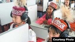 Қытайдағы қазақ балалары. (Мейіржан Әуелханның блогынан алынған). Көрнекі сурет.