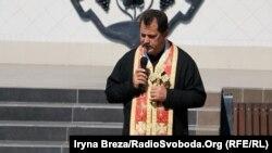 Молебень відправив військовий капелан Іван Ісаєвич, який сам служив на передовій з бійцями, Ужгород, 29 серпня 2016 року