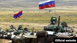 Armenia - Armenian and Russian troops hold joint military exercises.