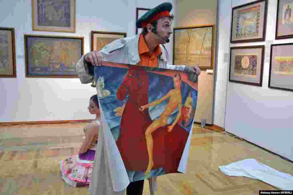 Актер Антон Митнёв развернул репродукцию картины Кузьмы Петрова-Водкина «Купание красного коня». Сергей Калмыков писал, что в юноше на красном коне изображен он. Только почему-то с укороченными ногами.