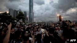 از ساعات پایانی روز یکشنبه گروهی از معترضان به محدودیتهای تائید شده از سوی چین در خیابانها جمع شدند