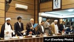 سپنتا نیکنام (نفر سوم ایستاده از راست) در مراسم سوگند اعضای شورای شهر یزد در دوره چهارم شوراها