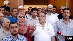 Имам Великой мечети Лиона Камель Кабтане (в центре) в окружении верующих дает интервью журналистам. Окрестности Лиона, 12 августа 2013 года.