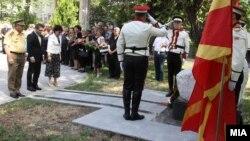 Министерот за одбрана Фатмир Бесими и Шефот на Генералштабот на АРМ Горанчо Котевски положија цвеќиња на споменикот на загинатите бранители во 2001 на 7 август 2012 година.