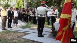 Министерот за одбрана Гатмир Бесими и Шефот на Генералтабот на АРМ Горанчо Котевски положија цвеќиња на споменикот на загинатите бранители во 2001.