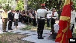 Министерот за одбрана Фатмир Бесими и Шефот на Генералтабот на АРМ Горанчо Котевски положуваат цвеќиња на споменикот на загинатите бранители во 2001