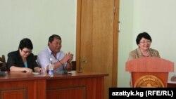 Миллий комиссия аъзоларидан аввал Роза Ўтунбаева ҳам Ўшга сафар қилди.