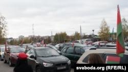 Машыны пад афіцыйнымі сьцягамі на прабегу ў падтрымку Лукашэнкі.