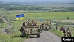 Украинские военнослужащие недалеко от города Артемовск Донецкой области. 9 июня 2015 года.