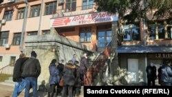 Oko 300 osoba sa Kosova je 29. januara vakcinisano protiv korona virusa u prostorijama Doma Zdravlja u Kuršumliji u Srbiji, na 80 km od Gračanice.