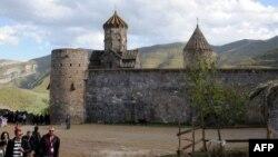 Հայաստան - Զբոսաշրջիկները Տաթեւի վանքի մոտ