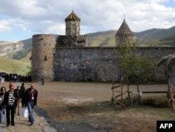 Армениядағы көне монастырь жанында жүрген туристер. 16 қазан 2010 жыл. (Көрнекі сурет)