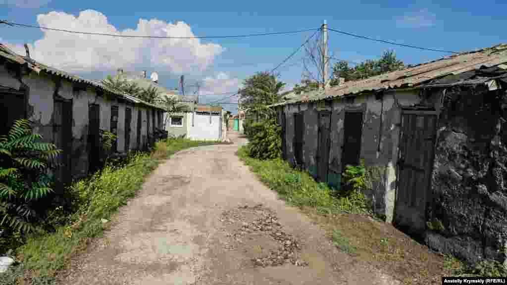 Одна из центральных улиц района называется Старо-Карантинной