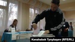 На избирательном участке в Алматы.