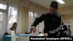 Алматыдағы 350-сайлау учаскесiнде алғаш рет дауыс берiп жатқан жас сайлаушы. 20 наурыз 2016 жыл.