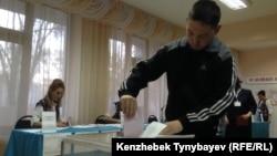Молодой человек на избирательном участке в Алматы. 20 марта 2016 года.