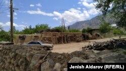 Кыргыз-тажик чек арасындагы Көк-Таш айылы. 8-майда чек ара чыры ушул жерде катталган.