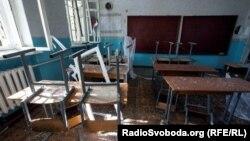 Зруйноване через бойові дії приміщення школи №57 у Донецьку, вересень 2014 року