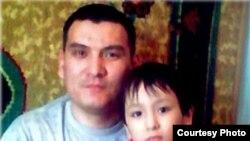 Аманжол Мамбетов (на снимке со своим ребенком). Признан узником совести, участник общины «Чистая вера». Сидит в тюрьме с 2002 года.Уроженец Бейнеуского района Мангыстауской области.