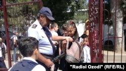 Охранник на входе в школу (архивное фото)