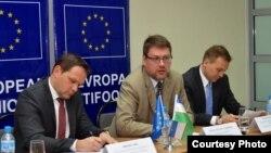 Глава делегации ЕС в Узбекистане Эдуардс Стипрайс (в центре). Ташкент, 4 мая 2017 года. Фото с веб-сайта Nuz.uz.