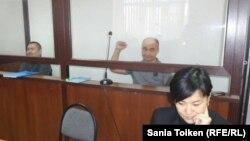 На заднем плане Талгат Аян и Макс Бокаев (справа), обвиняемые в «разжигании розни», «распространении заведомо ложной информации» и «нарушении порядка проведения митинга». На переднем плане — защитник Бокаева Жанаргуль Бокаева. Атырау, 21 ноября 2016 года.