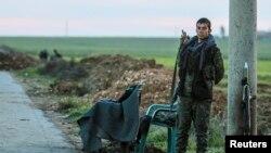 مقاتل في وحدات حماية الشعب