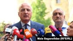 Бадри Джапаридзе (слева) Мамука Хазарадзе делают первый комментарий после посещения прокуратуры, 25 июля 2019 г.