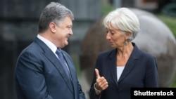 Директор-розпорядник МВФ Крістін Лаґард (праворуч) і президент України Петро Порошенко, Київ, 6 вересня 2015 року (©Shutterstock)