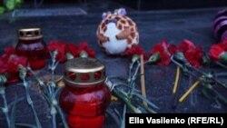 Цветы и свечи в память Алины Шевченко