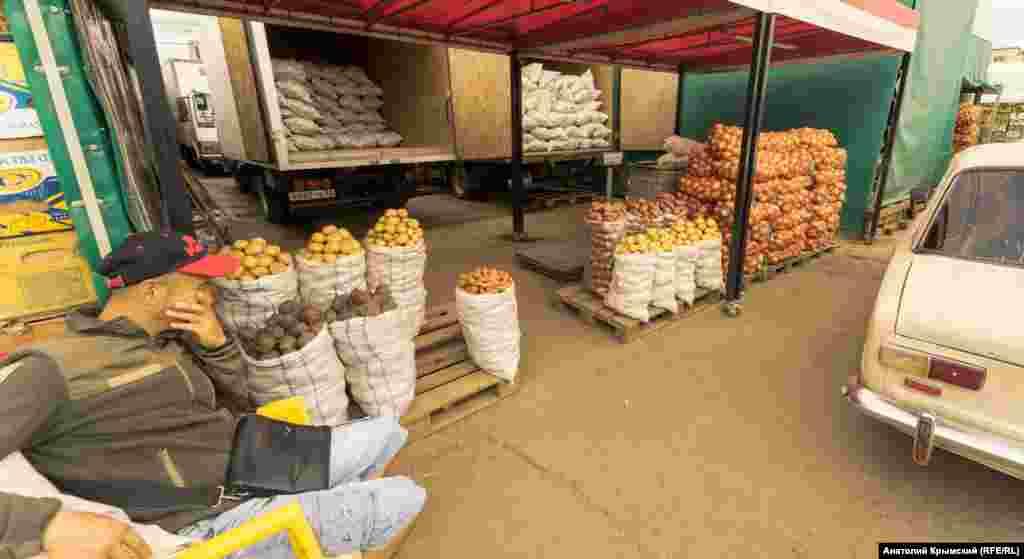 На оптовых рядах с картошкой, луком и свеклой. «Урожай овощей в этом году нормальный. Но нет «хода» товара, не работает «общепит» из-за коронавируса», – рассказывает оптовик. По словам мужчины, местную картошку оптом, то есть минимум один мешок, продают по 16 рублей за килограмм, а привозную из Кубани – по 20 рублей