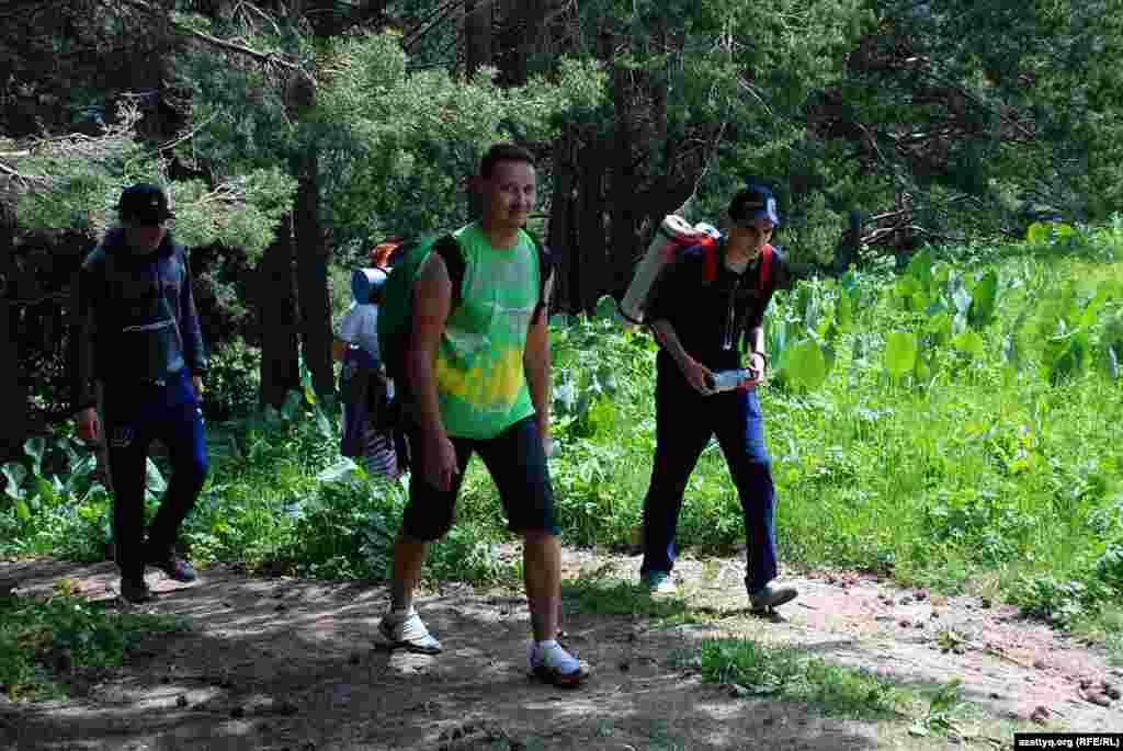 Хотя утром в предгорьях и горах шел дождь, в сторону Кокжайляу вприподнятом настроении поднималось несколько десятков человек различных возрастов.