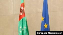Türkmenistanyň (çepde) we ÝB-niň baýdaklary