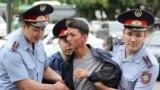 """Түскі 12.00 шамасында Алматыдағы """"Астана"""" алаңы маңында полиция отызға жуық адамды ұстап әкетті. 10 маусым 2019 жыл."""