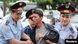 Задержания на площади Астана в Алматы 10 июня.