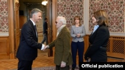 Президент Швейцарии Дидье Буркхальтер (слева) приветствует посла Армении в Швейцарии Шарля Азнавура (справа). Фотография – пресс-служба МИД Армении