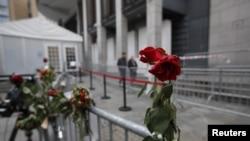 Цветы памяти жертв у здания суда, где идет процесс над Брейвиком.