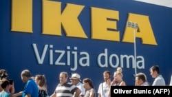 Сербияда кириллица заңмен қорғалса да, латын әліпбиінің қолдану ауқымы кеңейіп барады. Сербия, 10 тамыз 2017 жыл