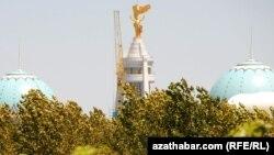 """Ашғабадтағы """"Түркіменбашы"""" ескерткіші, 22 маусым 2010 жыл."""