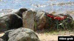 Цветы на берегу Сямозера в Карелии, где утонули 14 детей