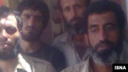 عکس منتشر شده در ایسنا از تعدادی از صیادان ایرانی که در اسارت دزدان دریایی سومالی به سر می برند (عکس از آرشیو)