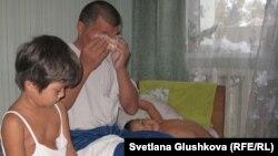 Исраил Азнабкиев с дочерьми Даяной (5 лет) и Дильназ (3 года) в комнате на автовокзале Астаны.