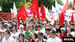 Supporters of Kyrgyzstan's interim government rally in Bishkek on May 16.