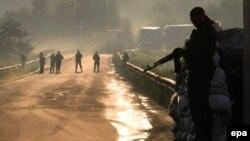 جداییطلبان هوادار روسیه در روستای کارلیفکا در نزدیکی دونتسک