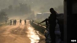 Militantët prorusë në rrugët e një fshati në rajonin Donjeck
