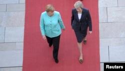 Cancelara Angela Merkel și premierul britanic Theresa May la ceremonia de primire de la Berlin