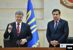Ukrainian President Petro Poroshenko (left) presents Saakashvili as Odesa's new governor on May 30, 2015.