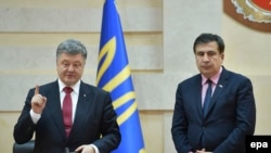 Ukrainian President Petro Poroshenko (left) appointed former Georgian president Mikheil Saakashvili as Odesa's regional governor in May 2015.